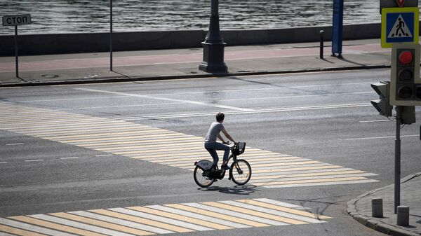 Велосипедист на перекрестке в Москве
