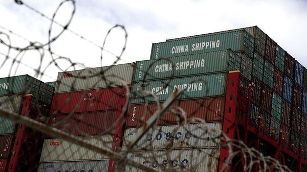 Грузовые контейнеры с товарами из Китая в порту Окленда, США