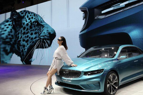 Модель возле автомобиля Geely на автосалоне в Шанхае