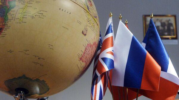 Географический глобус с флагами