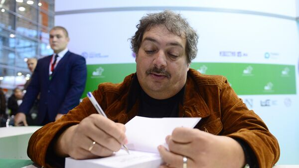 Писатель Дмитрий Быков на 30-й Московской международной книжной выставке-ярмарке