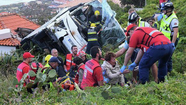 Экстренные службы на месте ДТП с участием автобуса в Португалии. 17 апреля 2019