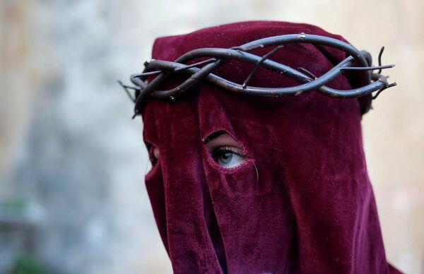Женщина выходит из церкви во время Страстной седмицы в Ронде, Испания