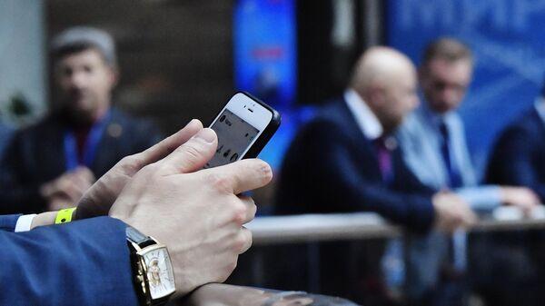 Участник Ялтинского международного экономического форума ведет переписку в чате социальной сети