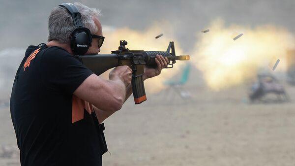 Мужчина на фестивале стрелкового оружия в Кентукки, США