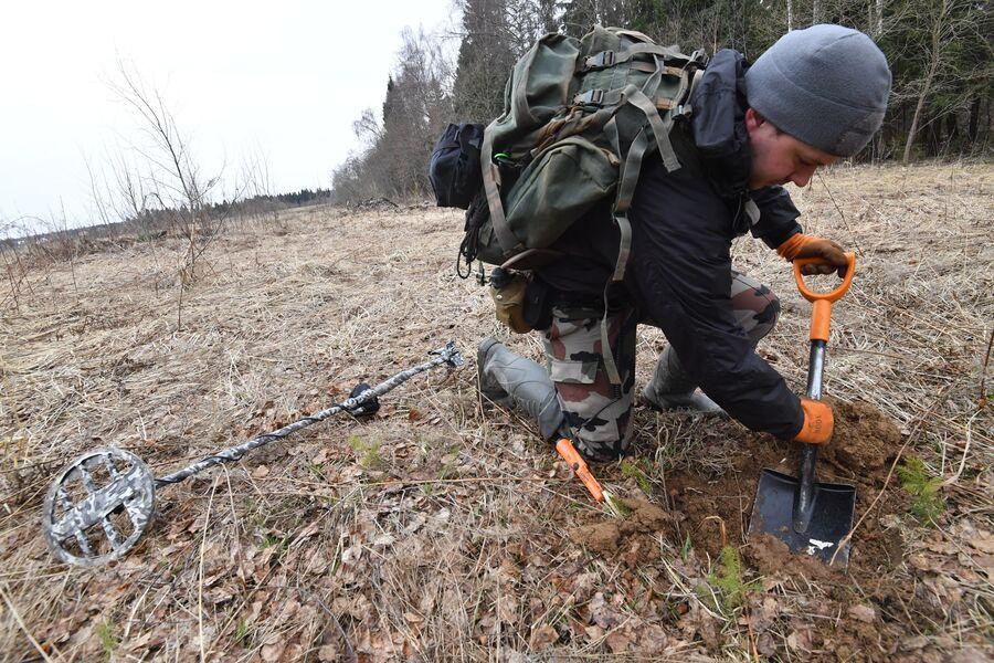 Алексей Сулимов роет яму