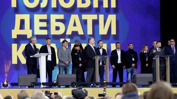 Кандидаты в президенты Украины Петр Порошенко и Владимир Зеленский во время дебатов на стадионе Олимпийский в Киеве