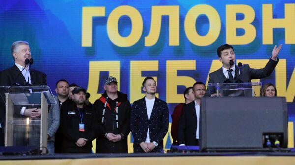 Действующий президент Украины, кандидат в президенты Петр Порошенко и кандидат в президенты от партии Слуга народа Владимир Зеленский во время дебатов в НСК Олимпийский
