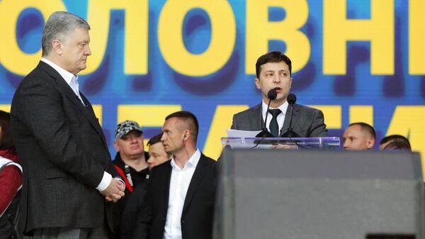 Петр Порошенко и Владимир Зеленский во время дебатов в НСК Олимпийский