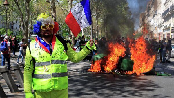 Участник 23-й акции протеста желтых жилетов в Париже. 20 апреля 2019
