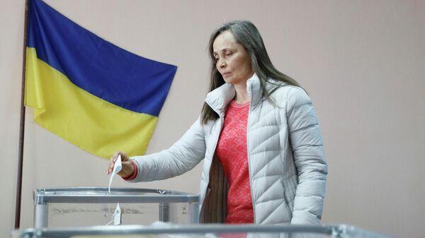 Женщина голосует во втором туре президентских выборов на избирательном участке в Киеве, Украина. 21 апреля 2019