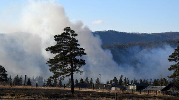 Дым от лесных пожаров у поселка Маккавеево Забайкальского края