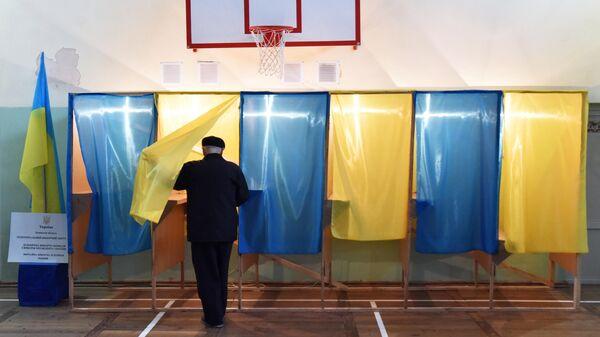 Житель Львова во время голосования на одном из избирательных участков города в день второго тура выборов президента Украины