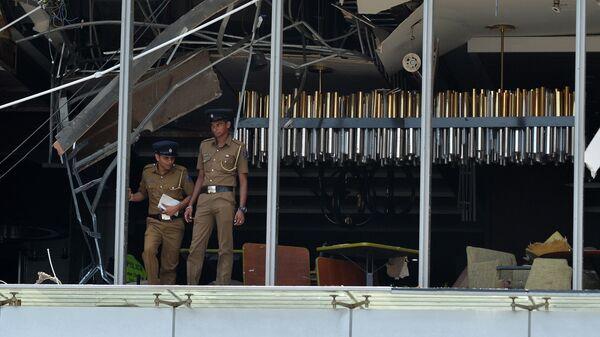 Сотрудники полиции на месте взрыва в отеле Shangri-La в Коломбо, Шри-Ланка. 21 апреля 2019