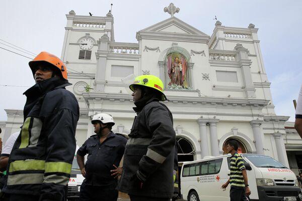 Пожарные у церкви Святого Антония в Коломбо, где произошел взрыв. 21 апреля 2019