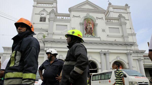 Пожарные у церкви Святого Антония в Коломбо, где произошел взрыв