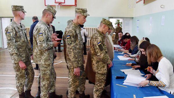 Военнослужащие срочной службы во время голосования на одном из избирательных участков города Львова в день второго тура выборов президента Украины