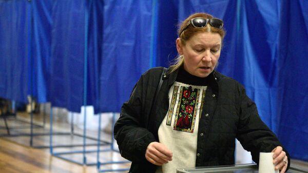 Избиратель во время голосования на одном из избирательных участков Киева