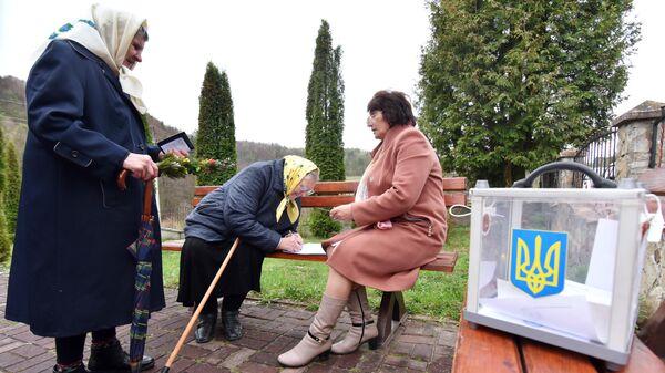 Жительницы села Фийна Львовской области во время голосования на одном из избирательных участков города в день второго тура выборов президента Украины