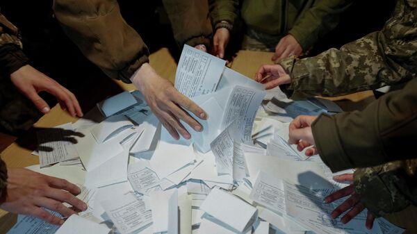 Подсчет голосов о время второго тура выборов президента Украины на избирательном участке в Донецкой области