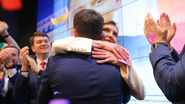 Кандидат в президенты от партии Слуга народа Владимир Зеленский с супругой Еленой в собственном штабе во время объявления первых итогов голосования второго тура выборов президента Украины