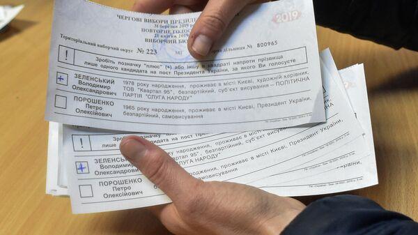 Член участковой избирательной комиссии во время подсчета голосов второго тура выборов президента Украины на избирательном участке в Киеве