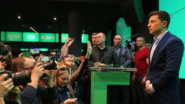 Кандидат в президенты Украины от партии Слуга народа Владимир Зеленский в собственном штабе в конгрессно-выставочном центре Парковый. 21 апреля 2019