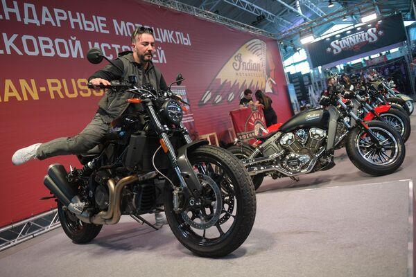 Посетитель на мотоцикле американской марки Indian на Международном мотосалоне IMIS в Санкт-Петербурге
