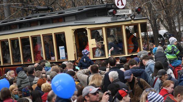 Старинный трамвайный вагон А (Аннушка) во время торжественного парада трамваев разных времен. Московский трамвай празднует 120-летний юбилей запуска трамвайного движения в столице