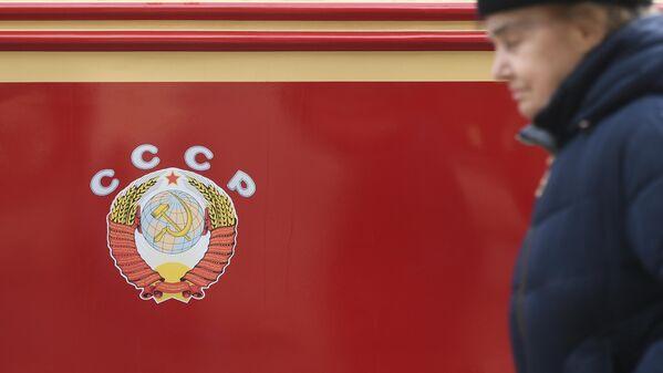 Женщина у трамвайного вагона, участниа торжественного парада трамваев разных времен. Московский трамвай празднует 120-летний юбилей запуска трамвайного движения в столице