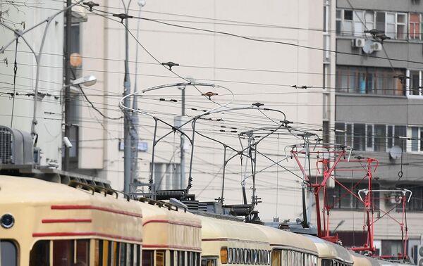 Трамвайные вагоны разных времен, участники парада трамваев, едут по центральным улицам столицы