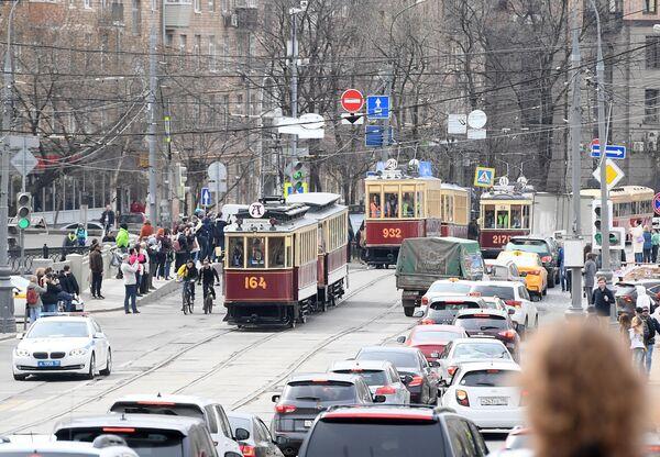 Старинные трамвайные вагоны, участники торжественного парада трамваев разных времен, на центральной улице столицы