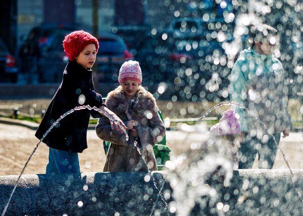 Дети возле фонтана на Итальянской площади в Санкт-Петербурге
