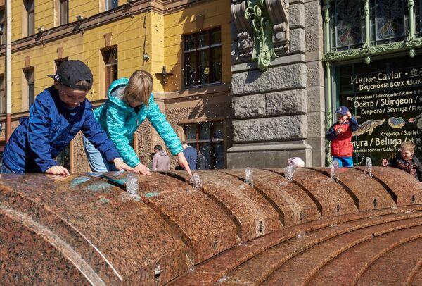 """Дети играют возле фонтана """"Шар"""" на Малой Садовой улице в Санкт-Петербурге"""