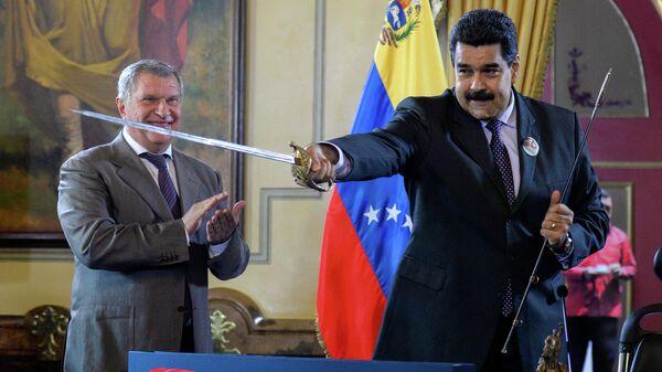 Президент Венесуэлы Николас Мадуро держит меч, подаренный главой компании Роснефть Игорем Сечиным в Каракасе. Июль 2016