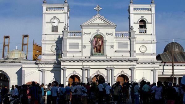 Люди возле храма Святого Антония в Коломбо на следующий день после взрыва. 22 апреля 2019