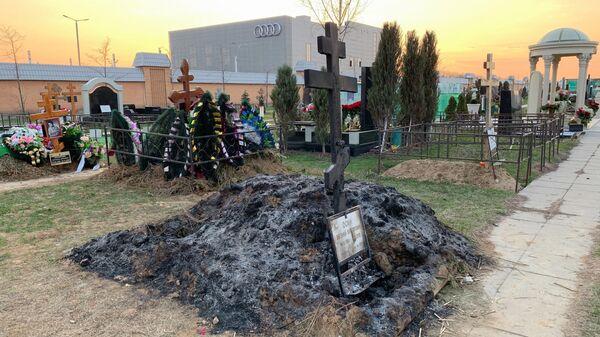 Последствия возгорания на могиле певца Евгения Осина на Троекуровском кладбище