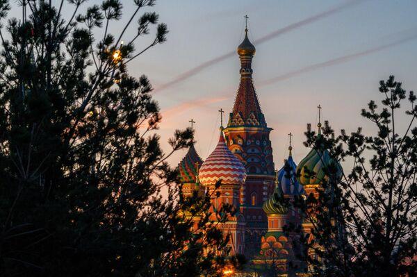 Вид на Собор Покрова Пресвятой Богородицы (Храм Василия Блаженного) с территории природно-ландшафтного парка Зарядье в Москве