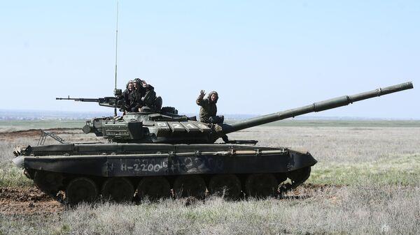 Экипаж танка Т-90 во время учений 8 общевойсковой армии в Волгоградской области