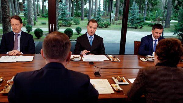 Дмитрий Медведев проводит встречу с участниками Всероссийского экологического форума Чистая страна партии Единая Россия. 23 апреля 2019