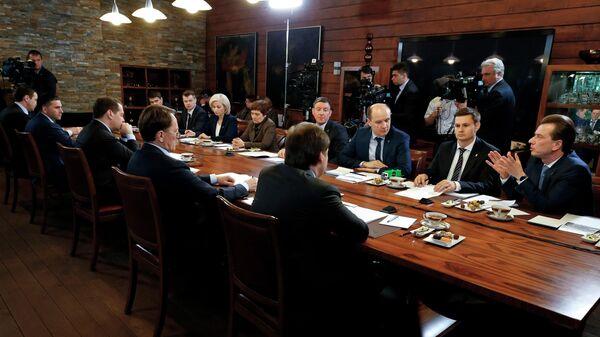 Председатель правительства РФ Дмитрий Медведев проводит встречу с участниками Всероссийского экологического форума Чистая страна партии Единая Россия. 23 апреля 2019