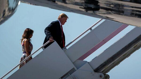 Президент США Дональд Трамп поднимается по трапу на борт номер один