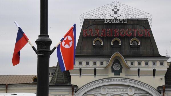 Флаги России и КНДР на железнодорожном вокзале Владивостока, куда прибудет поезд председателя КНДР Ким Чен Ына