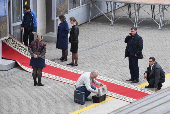 Монтаж красной ковровой дорожки на железнодорожном вокзале Владивостока, куда прибудет поезд председателя КНДР Ким Чен Ына