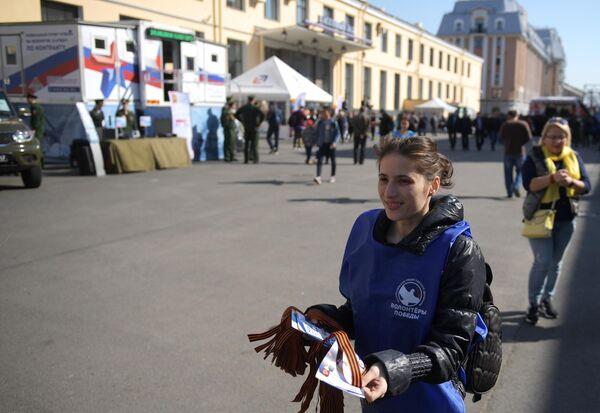 Волонтер раздает георгиевские ленточки в Санкт-Петербурге в рамках ежегодной акции Георгиевская ленточка, посвященной 74-й годовщине Победы в Великой Отечественной войне