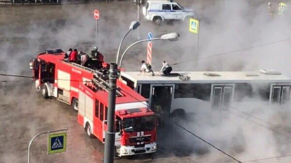 Сотрудники МЧС на месте прорыва трубы во Фрунзенском районе Санкт-Петербурга. 24 апреля 2019