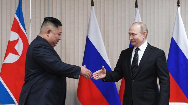 Президент РФ Владимир Путин и председатель Госсовета КНДР Ким Чен Ын во время встречи в кампусе ДВФУ во Владивостоке