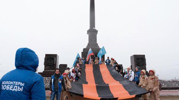 Волонтеры ежегодной акции Георгиевская ленточка возле стелы Город воинской славы в Петропавловске-Камчатском