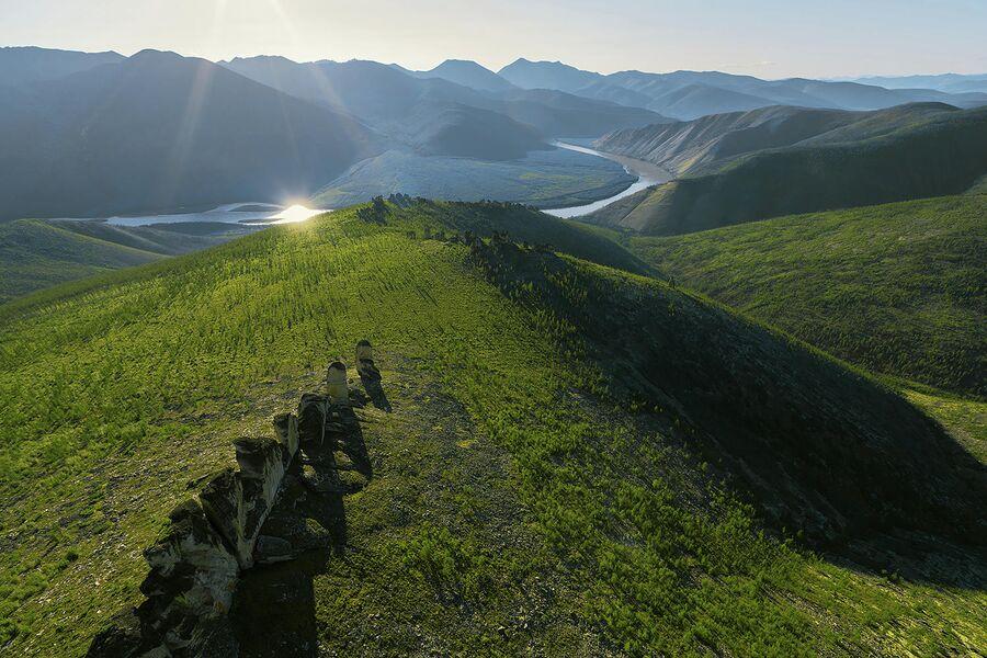 Виды каменных скал в среднем течении реки Индигирка, место Кисиляхи Оймякона