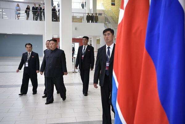 Председатель Госсовета Корейской Народно-Демократической Республики Ким Чен Ын (второй слева) перед началом российско-корейских переговоров в широком составе